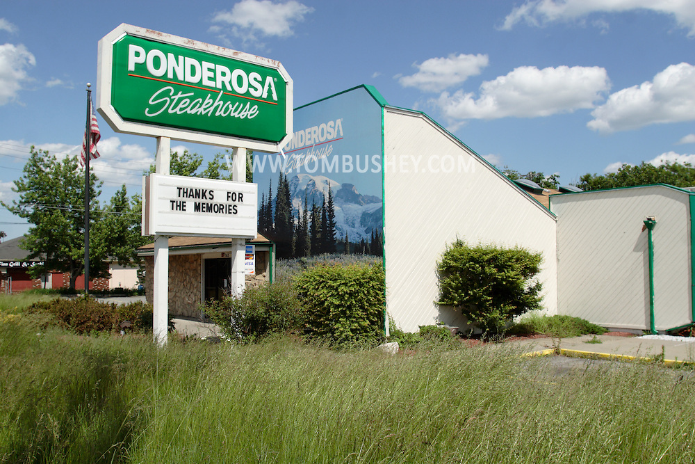 """Middletown, NY - The message under the closed Ponderosa Steakhouse says """"Thanks for the memories"""" on May 30, 2009."""