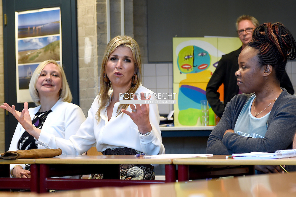 Koningin Maxima heeft  een werkbezoek gebracht aan stichting Taal aan Zee. Deze organisatie geeft Nederlandse les aan vluchtelingen, asielzoekers en anderstalige vrouwen. Koningin M&aacute;xima heeft vrijdagochtend een werkbezoek gebracht aan stichting Taal aan Zee. Deze organisatie geeft Nederlandse les aan vluchtelingen, asielzoekers en anderstalige vrouwen.<br /> <br /> <br /> THE HAGUE - Queen Maxima paid a working visit to foundation Language aan Zee. This organization teaches Dutch to refugees, asylum seekers and foreign women. copyright robin utrecht