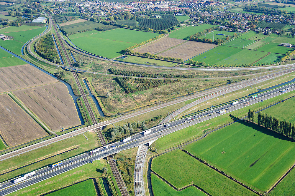 Nederland, Gelderland, Meteren, 24-10-2013; knooppunt Meteren Betuweroute, de goederenspoorlijn loopt parallel aan de A15 (vlnr). De reguliere spoorlijn (Utrecht - Den Bosch) takt aan op de Betuweroute door middel van verbindingsbogen.<br /> Betuweroute junction, the freight railway line runs parallel to the A15 (left to right). The regular railway (Utrecht - Den Bosch) is connected to the Betuweroute through connecting arcs.<br /> luchtfoto (toeslag op standaard tarieven);<br /> aerial photo (additional fee required);<br /> copyright foto/photo Siebe Swart.