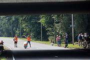 De VeloX 6 wordt opgevangen door een vangteam. In Delft test het Human Power Team de VeloX 6, de nieuwe aerodynamische fiets, op de speciaal voor hun afgezette weg. Jan Bos rijdt uiteindelijk 59 km/h. In september wil het Human Power Team Delft en Amsterdam, dat bestaat uit studenten van de TU Delft en de VU Amsterdam, tijdens de World Human Powered Speed Challenge in Nevada een poging doen het wereldrecord snelfietsen te verbreken. Het record is met 139,45 km/h sinds 2015 in handen van de Canadees Todd Reichert.<br /> <br /> With the special recumbent bike the Human Power Team Delft and Amsterdam, consisting of students of the TU Delft and the VU Amsterdam, also wants to set a new world record cycling in September at the World Human Powered Speed Challenge in Nevada. The current speed record is 139,45 km/h, set in 2015 by Todd Reichert.