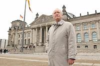 10 MAR 2003, BERLIN/GERMANY:<br /> Heinrich August Winkler, Professor fuer neuste Geschichte an der Humbold-Universitaet Berlin, vor dem Reichstagsgebaeude<br /> IMAGE: 20030310-01-031<br /> KEYWORDS: Historiker