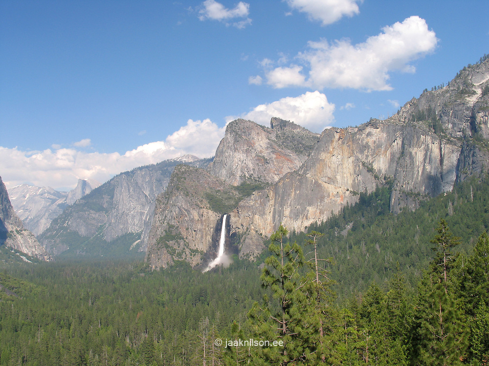 Tunnel View and Bridalveil Falls, Yosemite National Park, Sierra Nevada Mountains, California, USA