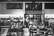 Nederland, Amsterdam, 15-6-1994Amsterdamse effectenbeurs. Computers deden mondjesmaat hun intrede, er werd met vaste telefoons en faxapparaten gewerkt.Foto: Flip Franssen/Hollandse Hoogte