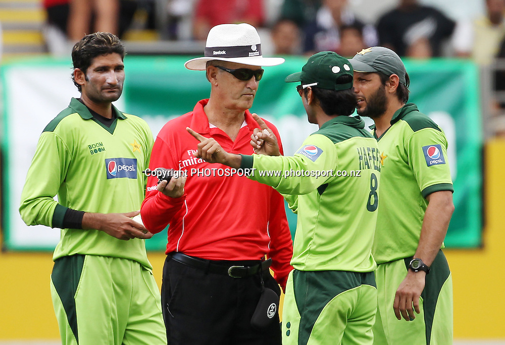 ICC Umpire Tony Hill talks to Mohammad Hafeez and captain Shahid Afridi during the 6th ODI, Black Caps v Pakistan, One Day International Cricket. Eden Park, Auckland, New Zealand. Saturday 5 February 2011. Photo: Andrew Cornaga/photosport.co.nz