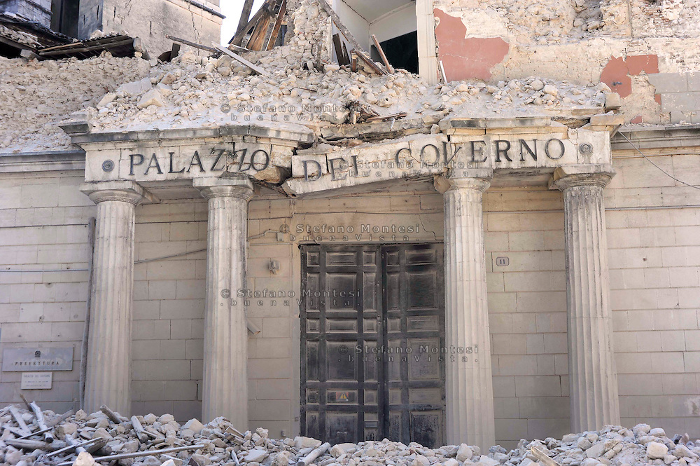 L'Aquila 6 Aprile 2009.Terremoto all'Aquila.Il Palazzo della Prefettura crollato al centro della città.Earthquake to the city of L'Aquila. Collapsed official building 'Palazzo del Governo'  headquarters of Prefecture, in downtown. .