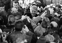 American President Bill Cliton in Derry, with his wife Hillary Clinton, crowds greeting President Bill Clinton, 30/11/1995. (Part of the Independent Newspapers Ireland/NLI Collection).