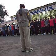 A 6h30 du matin, les élèves de BBC (Bhiwani Boxing Club) réunis pour l'entraînement dans la cour du complexe devant le coach, Mr Singh; il est un maître de vie et pas que de boxe. Bhiwani est une petite ville à trois heures de Delhi (Haryana, Inde)