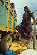 Los artículos de primera necesidad, en este lugar tienen un significado diferente. La gasolina es uno de ellos.   Paraguaipoa, 09-01-2001 (Ramón Lepage / Orinoquiaphoto).   Los Filudos, a Guajiro indigenous market near the Venezuelan - Colombian border on the Guajira . Paraguaipoa (Ramón Lepage / Orinoquiaphoto).