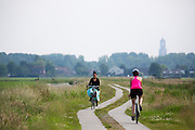In de omgeving van Groenekan fietsen twee vrouwen.<br /> <br /> Near Groenekan two women are cycling.