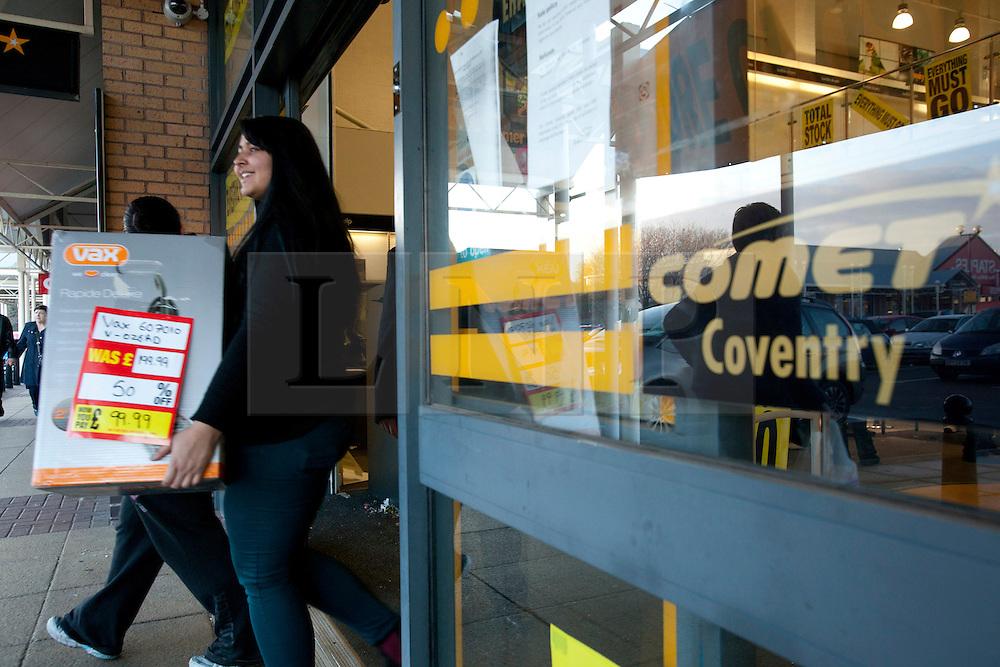 © Licensed to London News Pictures. 18/12/12. Coventry, UK. The Comet store closes in Coventry. Pictured, walking out of the store with a bargain.Photo credit : Dave Warren/LNP