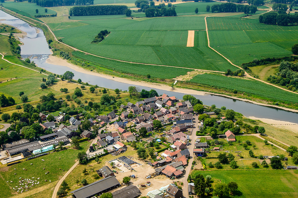 Nederland, Limburg, Gemeente Stein, 26-06-2014; Maasband, gehucht gelegen aan de Grensmaas. Belgie aan de andere kant van de rivier, aan de andere kant van de grens.<br /> The river Meuse forms the border with Belgium, the Hamlet Maasbal lies in Holland. <br /> luchtfoto (toeslag op standard tarieven);<br /> aerial photo (additional fee required);<br /> copyright foto/photo Siebe Swart