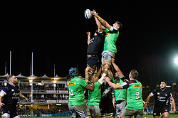 Tom Ellis of Bath Rugby and Dino Lamb of Harlequins compete for the ball at a lineout - Mandatory byline: Patrick Khachfe/JMP - 07966 386802 - 10/01/2020 - RUGBY UNION - The Recreation Ground - Bath, England - Bath Rugby v Harlequins - Heineken Champions Cup