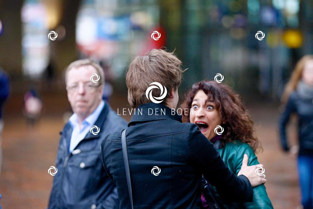 AMSTERDAM - Bij Pathe ArenA kwam actrice Angela Schijf naar buiten gelopen met een vriendin. Ze waren samen gezellig naar de film 'Daglicht' geweest, volgens haar twitter berichten zaten ze met vijf mensen in de bioscoop. FOTO LEVIN DEN BOER - PERSFOTO.NU