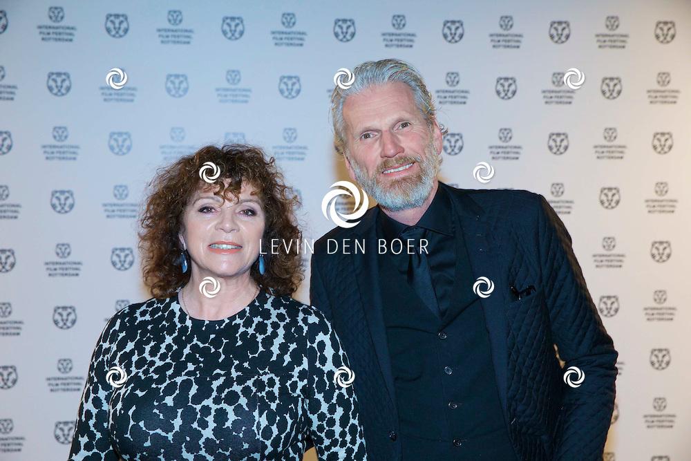 ROTTERDAM - In Theater De Goede Doelen is de 44ste International Film Festival Rotterdam geopend. Diversen genodigden en internationale sterren waren hierbij aanwezig. Met hier op de foto Ron Snoek met partner Henriëtte Tol. FOTO LEVIN DEN BOER - PERSFOTO.NU