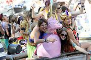 Canal Parade 2013 in de Amsterdamse grachten. De Canal Parade is het hoogtepunt van de Gay Pride, een feestweek met voornamelijk homo's, bi's, lesbiennes en transgenders.<br /> <br /> Canal Parade 2013 in the canals of Amsterdam. The Canal Parade is the highlight of the Gay Pride, a festival week with mostly gay, bisexual, lesbian and transgender people.<br /> <br /> Op de foto / On the photo: <br /> <br />  Boten met feestgangers varen door de Prinsengracht tijdens de botenparade / Boats with partypeople in the Prinsengracht during the boat parade