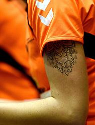 07-10-2015 NED: Kwalificatie EK 2016 Nederland - Bulgarije, Rotterdam<br /> De Nederlandse handbalsters zijn de kwalificatiereeks voor het EK in 2016 begonnen met een monsterzege op Bulgarije. In een volgepakt Topsportcentrum van Rotterdam won Nederland met 45-24 / Tattoo Michelle Goos