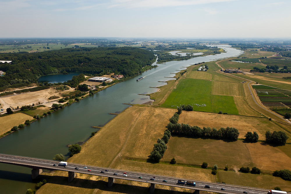 Nederland, Gelderland, gemeente Neder-Betuwe, 08-07-2010; Middelwaard, in het kader van het Programma Ruimte voor de Rivier zijn er plannen om de uiterwaard te vergraven: er komt een nevengeul, door de uiterwaard, naar de kijker toe. Ook wordt de uiterwaard gedeeltelijk verlaagd. In de voorgrond de brug N233 (Ochten-Veenendaal). Links van de rivier de Neder-Rijn op het tweede plan natuurgebied De Blauwe Kamer..Under the Program 'Room for the River', there are plans to partially excavate the floodplain, including the construction of a flood trench.luchtfoto (toeslag), aerial photo (additional fee required).foto/photo Siebe Swart.