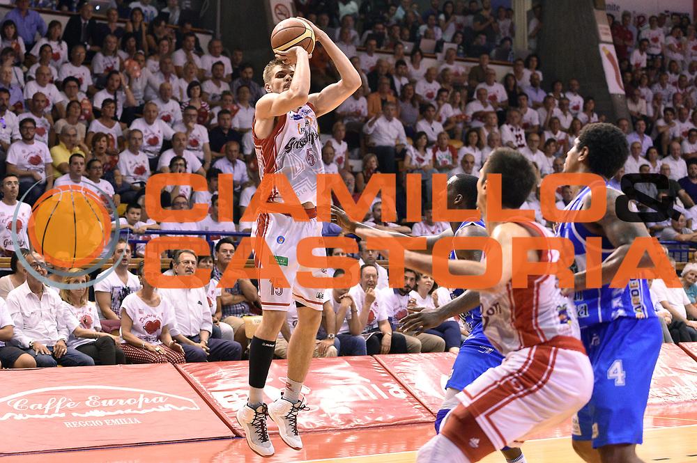 DESCRIZIONE : Reggio Emilia Lega A 2014-15 Grissin Bon Reggio Emilia - Banco di Sardegna Dinamo Sassari playoff Finale gara 5 <br /> GIOCATORE : Ojars Silins<br /> CATEGORIA : tiro three points sequenza<br /> SQUADRA : Grissin Bon Reggio Emilia<br /> EVENTO : LegaBasket Serie A Beko 2014/2015<br /> GARA : Grissin Bon Reggio Emilia - Banco di Sardegna Dinamo Sassari playoff Finale  gara 5<br /> DATA : 22/06/2015 <br /> SPORT : Pallacanestro <br /> AUTORE : Agenzia Ciamillo-Castoria/GiulioCiamillo<br /> Galleria : Lega Basket A 2014-2015 Fotonotizia : Reggio Emilia Lega A 2014-15 Grissin Bon Reggio Emilia - Banco di Sardegna Dinamo Sassari playoff Finale  gara 5<br /> Predefinita :