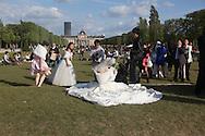 France. Paris. 7th district.  chinese wedding  on the champs de mars , in front of the eiffel tower // mariage chinois sur le champs de Mars devant la tour eiffel