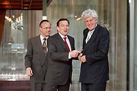 28.04.1999, Deutschland/Bonn:<br /> Hans Eichel, SPD, Bundesfinanzminister, Gerhard Schröder, SPD, Bundeskanzler, und  Willem Frederik Duisenberg, Präsident der Europäischen Zentralbank, während einem Fototermin vor einem gemeinsamen Gespräch, Kanzler-Bungalow, Bundeskanzleramt, Bonn<br /> IMAGE: 19990428-01/02-13<br /> KEYWORDS: Gerhard Schroeder