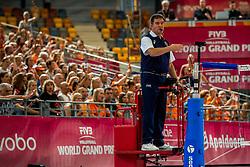09-07-2017 NED: World Grand Prix Netherlands - Japan, Apeldoorn<br /> Match five of first weekend of group C during the World Grand Prix. Netherlands lost in five sets from Japan / Omnisport hal, sportahl, Oranje, Fabian Concia, schaidsrechter