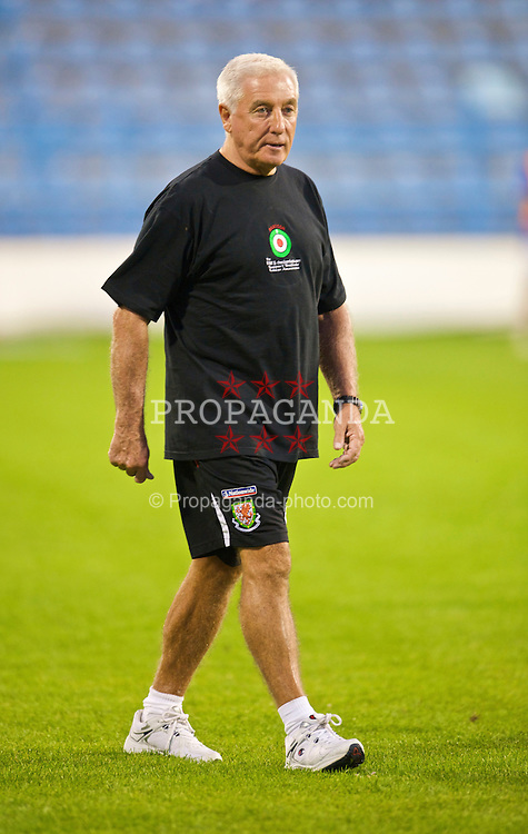 PODGORICA, MONTENEGRO - Wednesday, August 12, 2009: Wales' assistant coach Roy Evans warms-up wearing a shirt in support of former captain John Hartson who is battling against cancer, and to promote awareness of men's health issues with web site checkemlads.com, before an international friendly match against Montenegro at the Gradski Stadion. (Photo by David Rawcliffe/Propaganda)