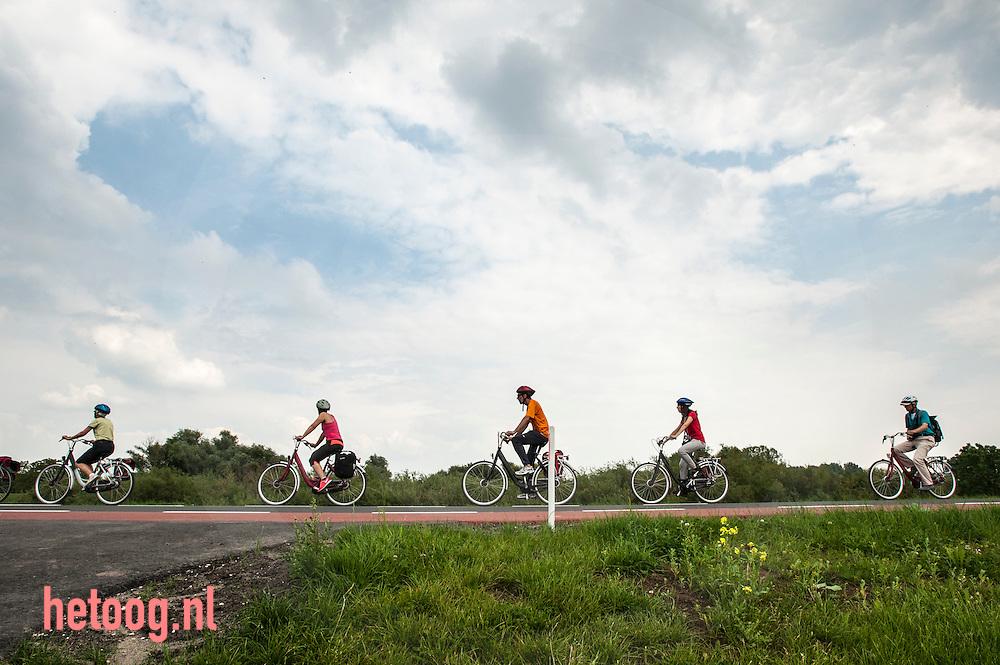 The Netherlands, Nederland, Fietsers op de dijk langs de Lek bij Opperduit