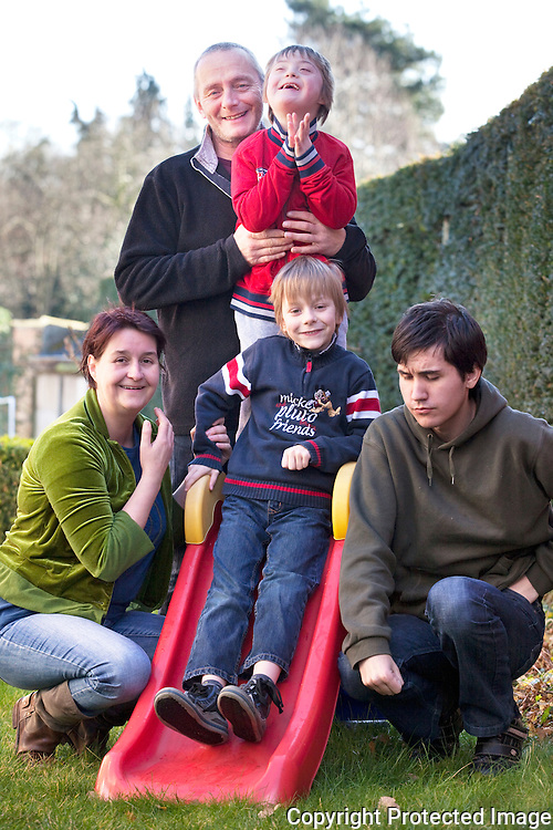 372504-gezin met drie kinderen (waarvan 2 met handicap) klaagt manier van verwijzen naar buitengewoon onderwijs aan-Annemie Anthonissen, Bruno Van Caeneghem, Gerben Anthonissen, Rense Anthonissen en Hylke De Bruyn