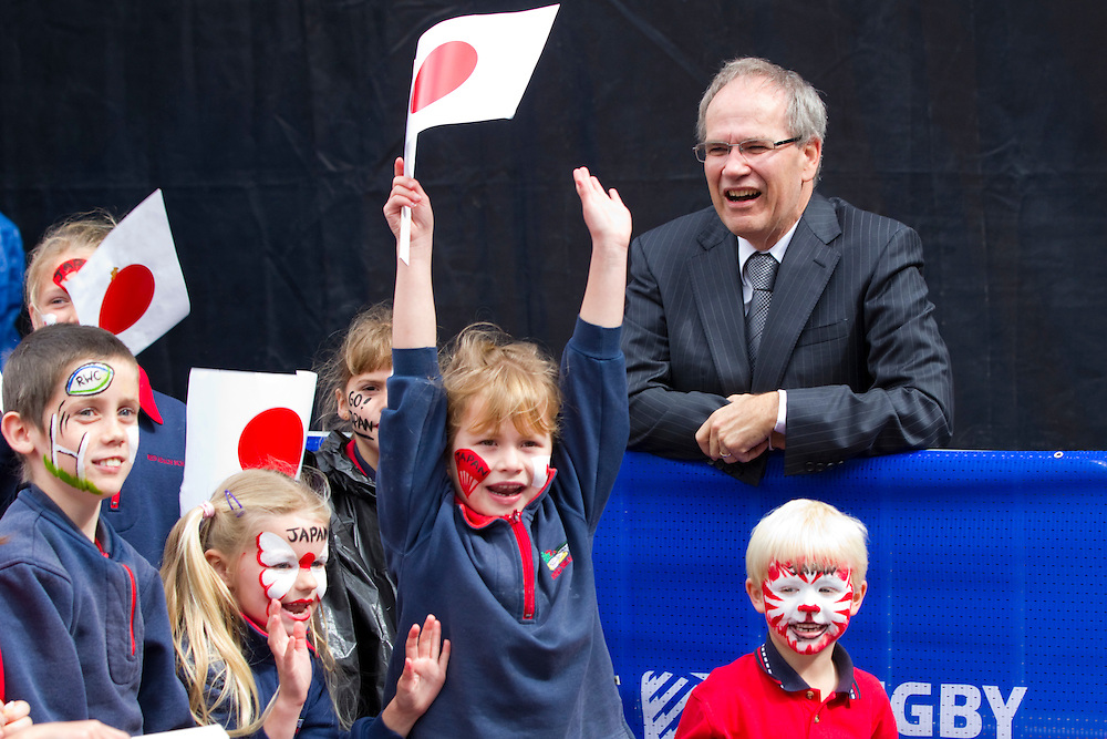 Auckland Mayor Len Brown watches young supporters waiting for the Japanese Rugby Team to arrive for the first Rugby World Cup official welcome, Aotea Square, Auckland, New Zealand, Thursday, September 01, 2011.  Credit:SNPA / David Rowland
