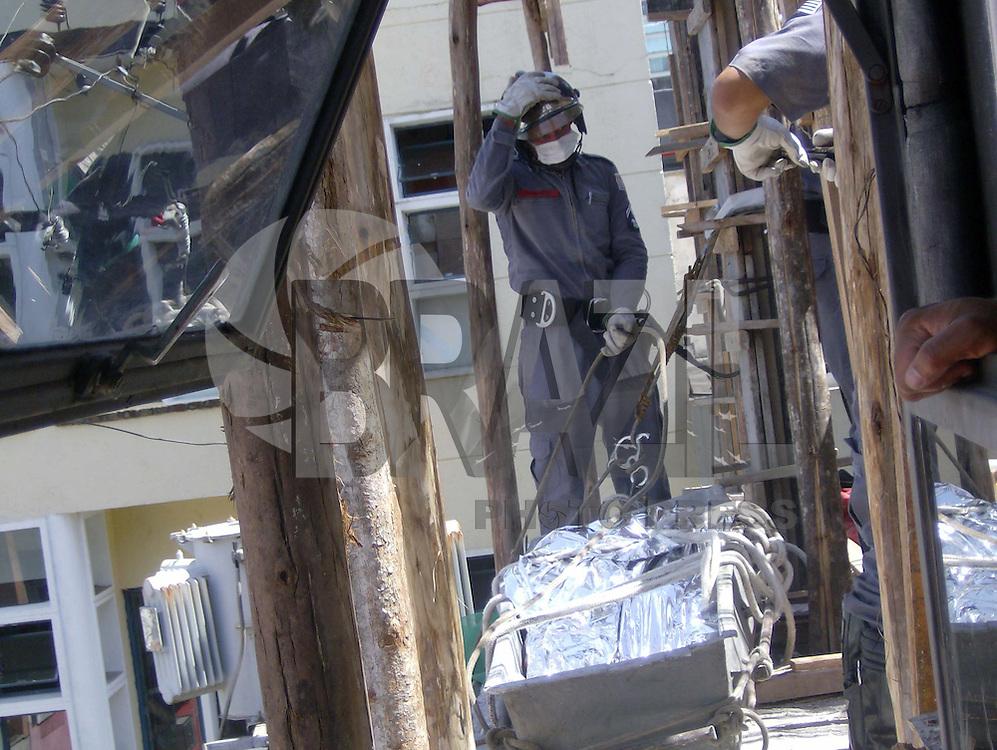 BARUERI,SP, 12 DE FEVEIRO 2010 - HOMEM MORRE ELETROCUTADO - Um operário que trabalhava em uma construção civil dentro Centro Comercial  de Alphaville, morre eletrocutado ao encostar uma barra de ferro em um cabo de alta tensão, segundo os bombeiros o fio de alta tensão tinha aproximadamente 13 mil Volks. No momento o Centro Comercial de Alphaville esta com a energia elétrica desligada. FOTO: VANESSA CARVALHO / BRAZIL PHOTO PRESS