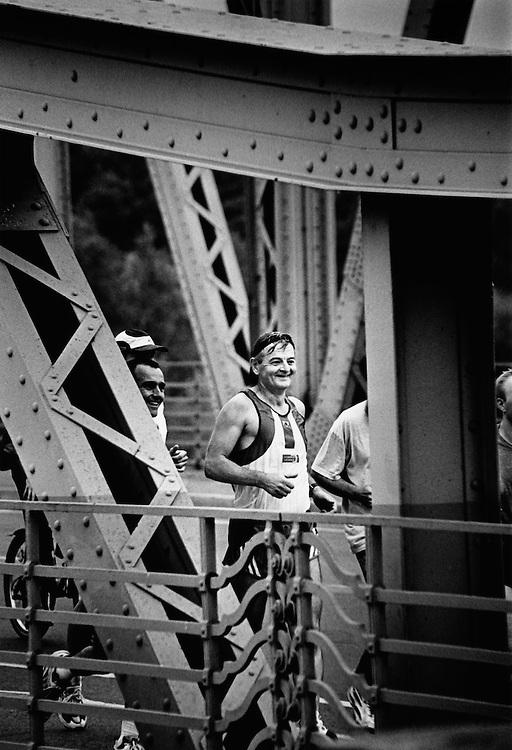 DEU Deutschland Germany Berlin Der Politiker der Grünen, Joschka Fischer, joggt im Wahlkampf für die Grünen über die Glienicker Brücke nach Potsdam.