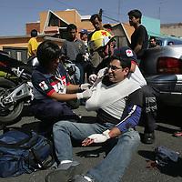 Toluca, Mex.- Serie fotografica de las atenciones que brindan paramedicos de la Cruz Roja a un motociclista que sufriera una caida en las calles de 5 de Mayo y Biolivia en la colonia Americas de esta ciudad; las imagenes desde el momento en que llega la ambulancia hasta que recibe atencion medica en un hospital. Agencia MVT / Javier Rodriguez. (DIGITAL)<br /> <br /> <br /> <br /> <br /> <br /> NO ARCHIVAR - NO ARCHIVE