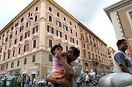 Roma, 08/05/2003: Padre e figlia originari del Bangladesh nel rione Esquilino.©Andrea Sabbadini