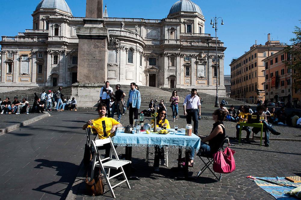 Roms 9 Aprile 2011.Manifestazione dei lavoratori precari per chiedere 'Diritti, welfare, maternità, pensione per tutti'..Tendopoli contro l'emergenza casa a piazza Esquilino............