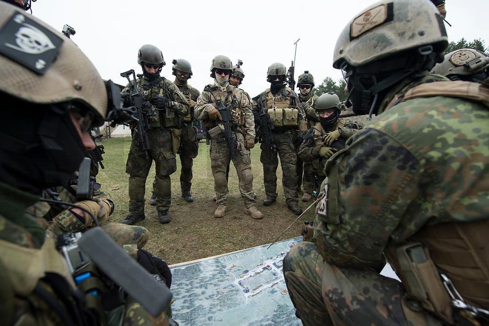 """03 APR 2012, LEHNIN/GERMANY:<br /> Einsatzbesprechung, Kampfschwimmer der Bundeswehr trainieren """"an Land"""" infanteristische Kampf, hier Haeuserkampf- und Geiselbefreiungsszenarien auf einem Truppenuebungsplatz<br /> IMAGE: 20120403-01-083<br /> KEYWORDS: Marine, Bundesmarine, Soldat, Soldaten, Armee, Streitkraefte, Spezialkraefte, Spezialkräfte, Kommandoeinsatz, Übung, Uebung, Training, Spezialisierten Einsatzkraeften Marine, Waffentaucher"""