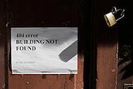 L'Aquila, Italia - 1 aprile 2013. Uno dei migliaia di segnali lasciati dai tecnici sulle porte di ingresso dei palazzi daneggiati dal sisma del 6 aprile 2009..Ph. Roberto Salomone Ag. Controluce