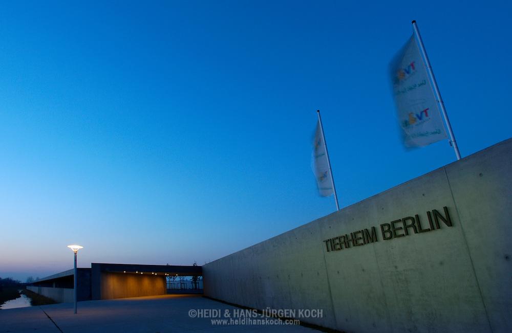 Deutschland, DEU, Berlin, 2002: Der Eingang zum Berliner Tierheim. Das Berliner Tierheim ist das groesste und modernste auf der Welt. | Germany, DEU, Berlin, 2002: Entrance of the world's biggest and most modern animal shelter in Berlin, Germany after sunset. On the wall the name of the shelter. |