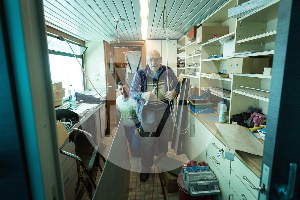 SCHWEIZ - MEISTERSCHWANDEN - Das Flaggschiff MS Brestenberg wurde über den Winter aus dem Wasser genommen und Renoviert. Hier Elektroarbeiten in der Küche - 10. März 2015 © Raphael Hünerfauth - http://huenerfauth.ch