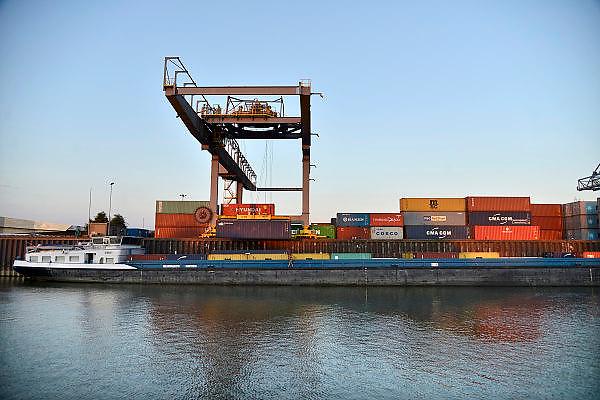 Nederland, Nijmegen, 11-9-2014Binnenvaartschip bij de containerterminal Nijmegen, CTN, container terminal, aan het maas waal kanaal. Was in 1987 de eerste terminal van de bctn, binnenlandse container terminals. Er worden containers gelost met de kraan.containerkraan.Foto: Flip Franssen/Hollandse Hoogte