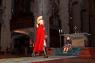Europa, Deutschland, Nordrhein-Westfalen, Koeln, der Martinszug vom Koelner Dom zur Kirche Gross Sankt Martin beginnt traditionell mit einer Messe im Dom, ein Maedchen spielt den Bettler. <br /> <br /> Europe, Germany, North Rhine-Westphalia, Cologne, the St. Martin's procession from Cologne cathedral to the church Gross Sankt Martin traditionally starts with a Mass in the cathedral, a girl in the role of the beggar.