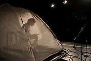 Foto da Rooms 2.0, uno spettacolo di Lisa Moras, che mette in scena la reclusione di Olivia . La metamorfosi di una trentenne nell&rsquo;epoca 2.0.<br /> Olivia, interpretata da Elisabetta Mossa, intraprende un viaggio nelle terre selvagge del Web alla ricerca della propria identit&agrave;.