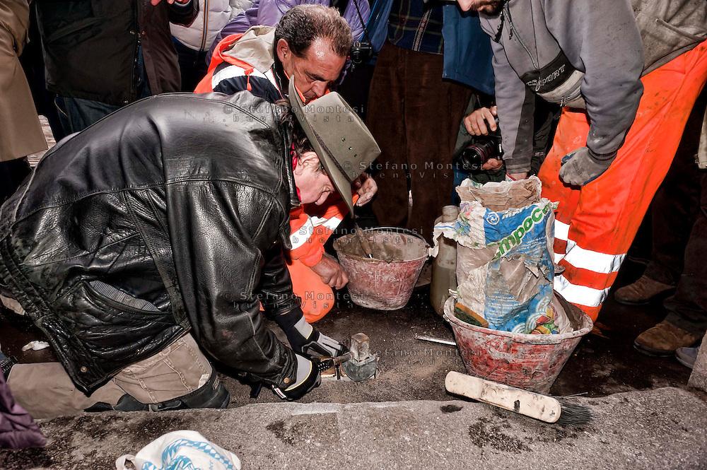 Roma 14 Gennaio 2013.Memorie d'Inciampo a Roma..Sampietrini rivestiti d'una placca d'ottone lucente incastonati a terra di fronte ai portoni dei deportati ad Auschwitz. L'idea è dell'artista tedesco Gunther Demnig nell'ambito del progetto «Memorie d'Inciampo a Roma» a cura di Adachiara Zevi, ciascuna placca è dedicata ad un deportato per ragioni razziali, politiche e militari. In via Arenula 83  le pietre delle  vittime, Alfredo Donato Di Nola e Livia della Seta..Olocaust memorial plaques to victims in Rome.
