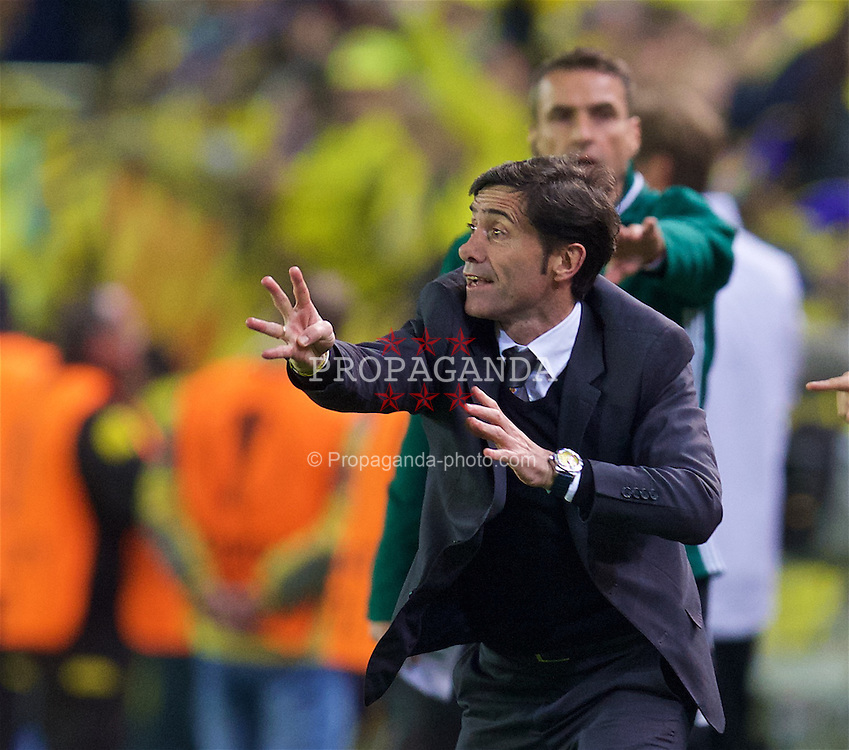 VILLRREAL, SPAIN - Thursday, April 28, 2016: Villarreal CF's head coach Marcelino organises his side after an injury-time winning goal against Liverpool during the UEFA Europa League Semi-Final 1st Leg match at Estadio El Madrigal. (Pic by David Rawcliffe/Propaganda)