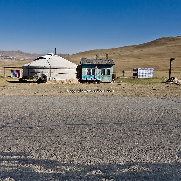 Mongolia. west road  of Ulan Baatar ULN -     /  route de l ouest.  Oulan Bator - Mongolie