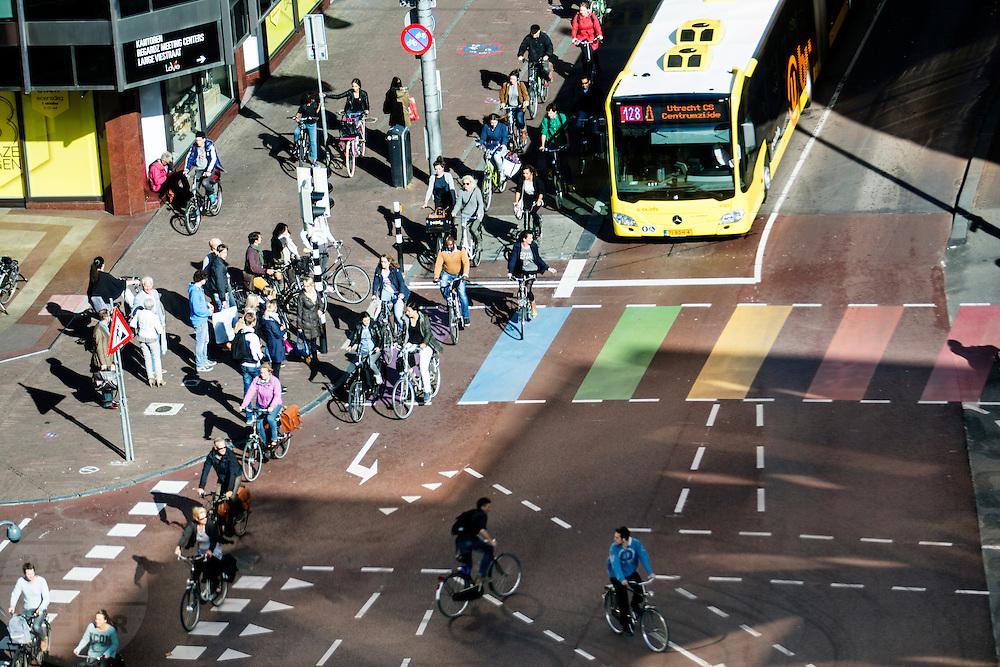 In Utrecht rijden fietsers en bussen over het vernieuwde weg langs Vredenburg.<br /> <br /> In Utrecht cyclists and busses ride on the new road in the city center.