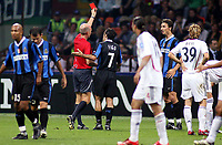 Fotball<br /> Foto: imago/Digitalsport<br /> NORWAY ONLY<br /> <br /> FOOTBALL - CHAMPIONS LEAGUE 2006/2007 - 1ST ROUND - INTER V BAYERN MÜNCHEN - 27/09/2006<br /> <br /> FIFA Schiedsrichter Steve Bennett (England) zeigt Zlatan Ibrahimovic (re.) die rote Karte, Luis Figo (beide Inter) reklamiert