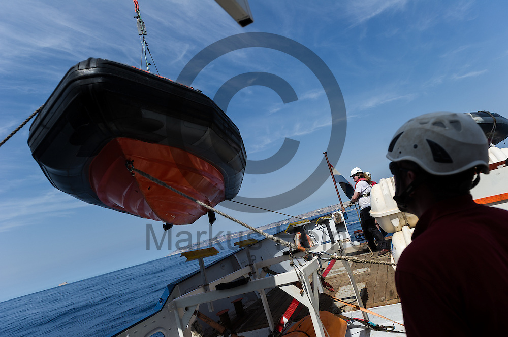 Der Captain Andre Montaldo-Ventsam leitet am 18.09.2016 auf dem Fluechtlingsrettungsboot Sea-Watch 2 vor der maltesischen Kueste ein Krantraining. Foto: Markus Heine / heineimaging<br /> <br /> ------------------------------<br /> <br /> Veroeffentlichung nur mit Fotografennennung, sowie gegen Honorar und Belegexemplar.<br /> <br /> Publication only with photographers nomination and against payment and specimen copy.<br /> <br /> Bankverbindung:<br /> IBAN: DE65660908000004437497<br /> BIC CODE: GENODE61BBB<br /> Badische Beamten Bank Karlsruhe<br /> <br /> USt-IdNr: DE291853306<br /> <br /> Please note:<br /> All rights reserved! Don't publish without copyright!<br /> <br /> Stand: 09.2016<br /> <br /> ------------------------------