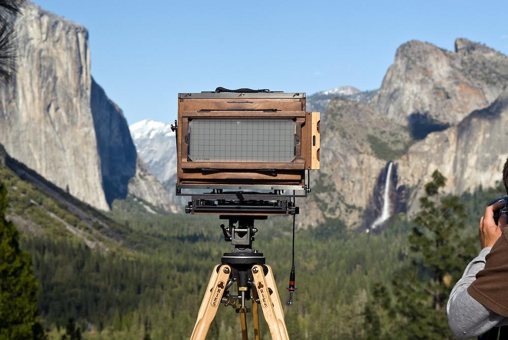 USA, Kalifornien, Eine Fachkamera aus Holz ist im Yosemite Nationalpark an der Stelle aufgebaut von wo aus der amerikanische Landschaftsfotograf Ansel Adams in den 40er Jahren des 20. Jahrhunderts eine seiner berühmt gewordenen Fotografien aufnahm   |  USA,California, Yosemite National Park A large format camera positioned at the spot of which the american photographer Ansel Adams took one of his famous photographs in the 40s of the 20th century   |
