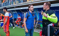 Den Bosch  - assistent coach Rick Mathijssen (Ned) met keeper Pirmin Blaak (Ned)     na   de Pro League hockeywedstrijd heren, Nederland-Belgie (4-3).    COPYRIGHT KOEN SUYK
