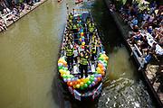 Een boot van de politie vaart mee met de parade. In Utrecht wordt voor de derde keer de Utrecht Canal Pride gehouden. Ruim veertig boten varen door de Utrechtse grachten om te vieren dat je kunt zijn wie je wilt zijn en kunt houden van je wie je wil. <br /> <br /> In Utrecht over 40 boats sail at the canals for the third Utrecht Canal Pride, the parade to celebrate that you can be who you want to be and to love who you want to love.